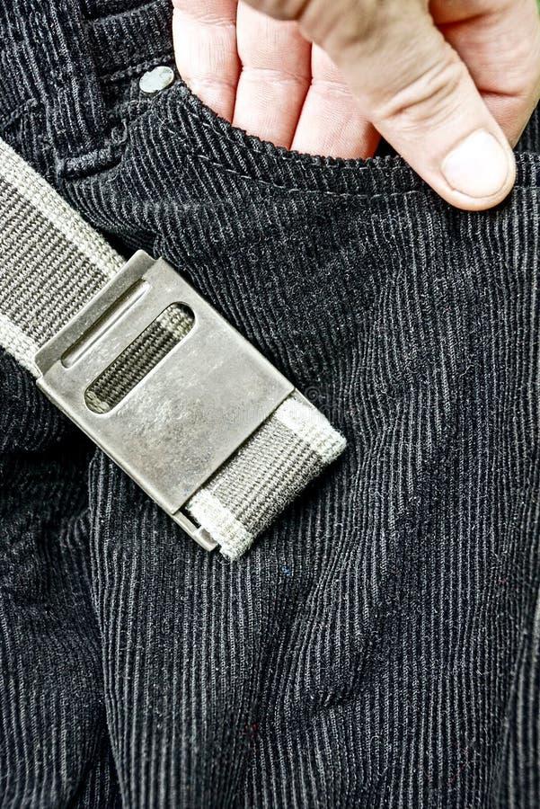 Schwarze Hose mit einem grauen Gurt und einem geraden und Hand in Ihrer Tasche lizenzfreie stockbilder