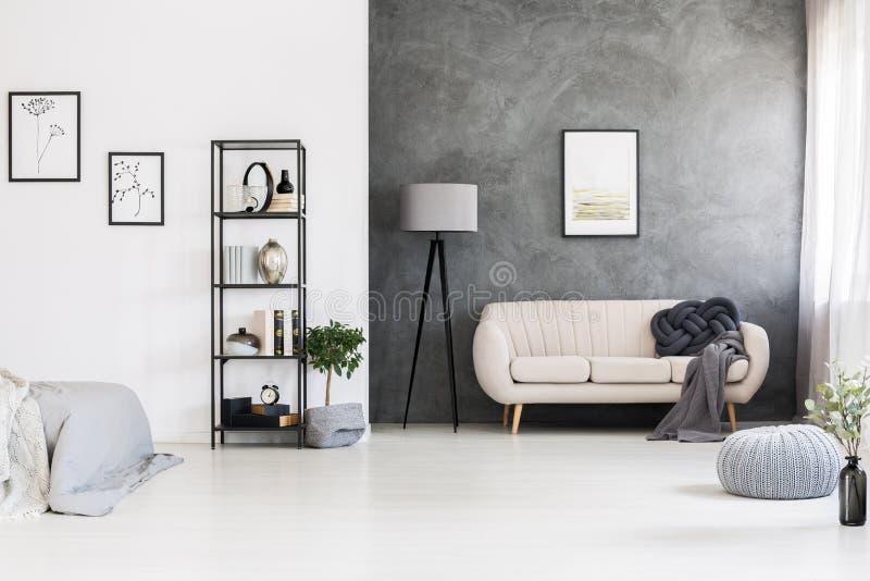 Schwarze, industrielle Facheinheit, graues Knotenkissen auf einem Leder s lizenzfreies stockbild