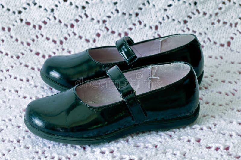 Schwarze Jane-Schuhe des Kindes lizenzfreie stockfotos