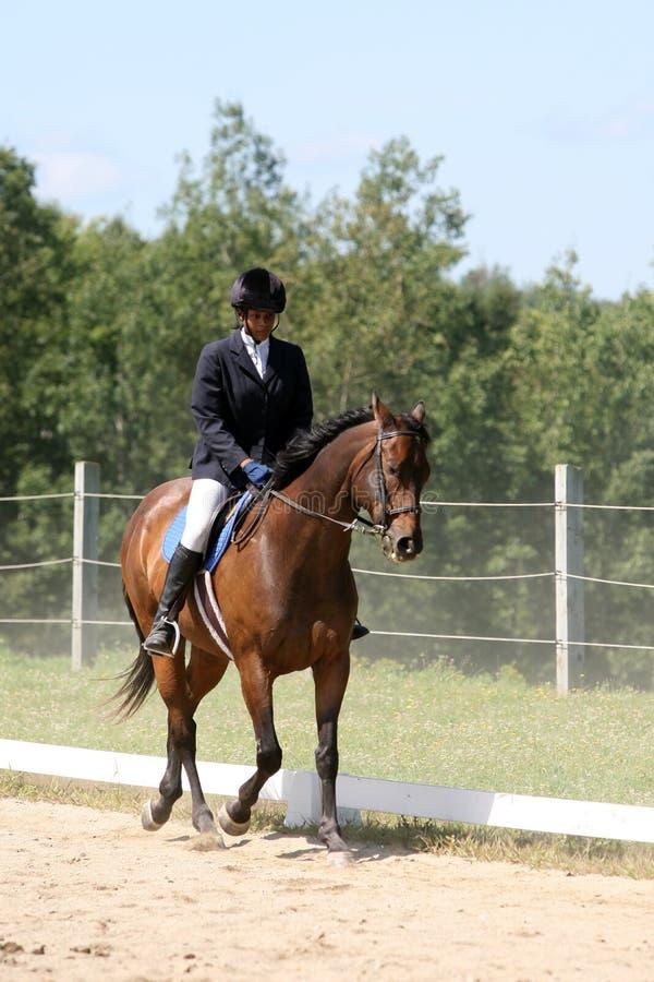 Schwarze Jugendliche, die draußen ein Pferd reitet lizenzfreie stockbilder