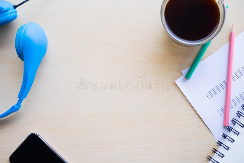 Schwarze Kaffeetasse auf dem hölzernen Hintergrund lizenzfreies stockbild
