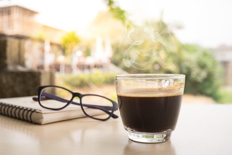 Schwarze Kaffeetasse auf dem hölzernen Hintergrund stockfoto