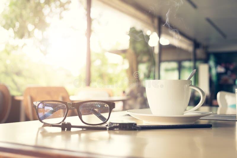 Schwarze Kaffeetasse auf dem hölzernen Hintergrund stockfotografie
