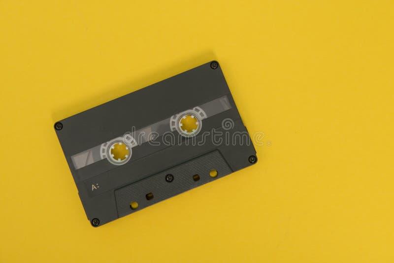 Schwarze Kassette auf einem gelben Hintergrund stockfoto