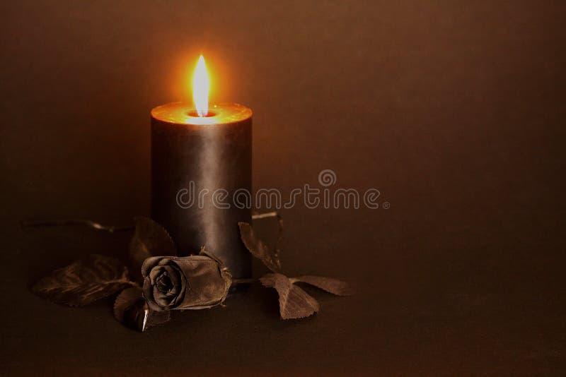 Schwarze Kerze, schwarze Rose, Glasherz lizenzfreies stockbild