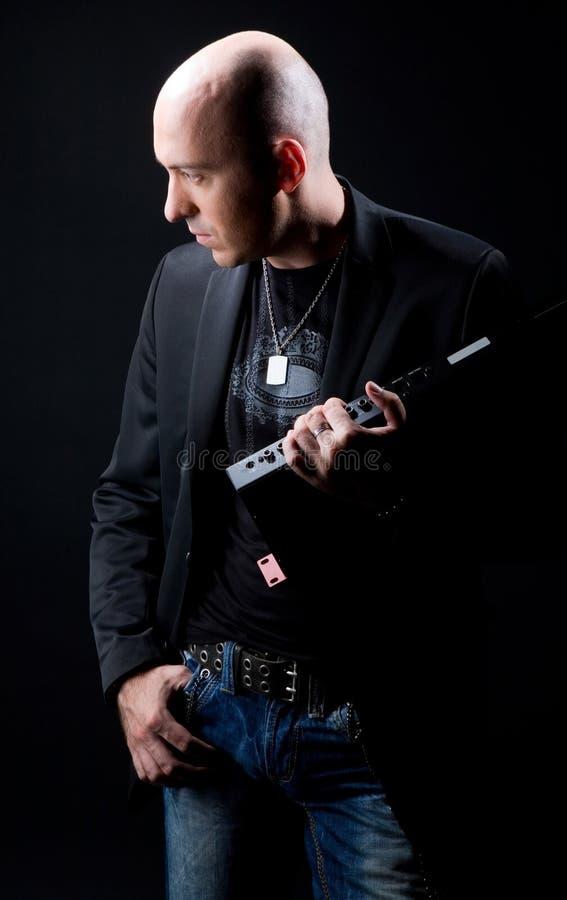 Schwarze Klage auf einem schwarzen Hintergrund lizenzfreies stockfoto