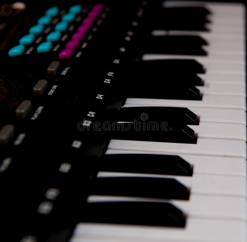 Schwarze Klavierschlüssel der Nahaufnahme, schwarzes Klavier lokalisiert, Seitenansicht eines Instrumentes Lernen, zu Hause zu sp stockbild