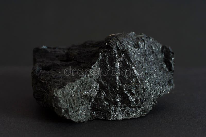 Schwarze Kohle Mineral auf schwarzem Hintergrund stockfoto