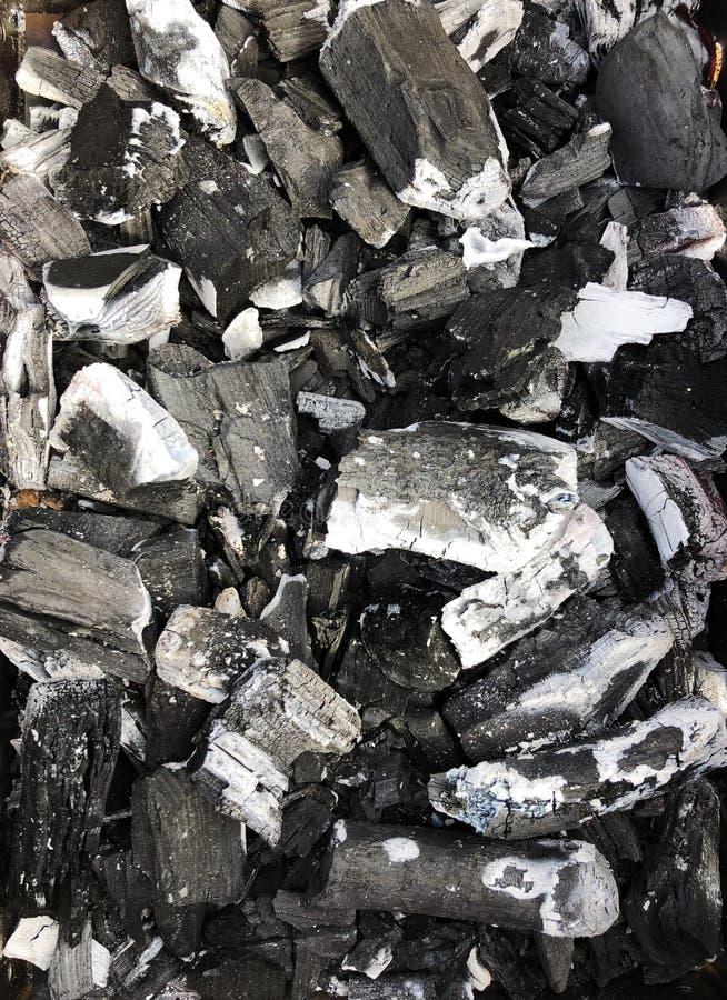 Schwarze Kohle mit Asche im Grill lizenzfreies stockfoto