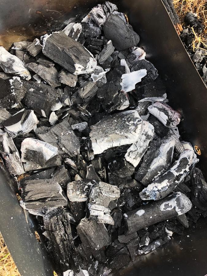Schwarze Kohle mit Asche im Grill lizenzfreies stockbild