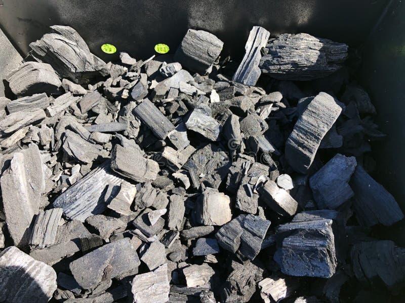 Schwarze Kohle mit Asche im Grill stockfotos