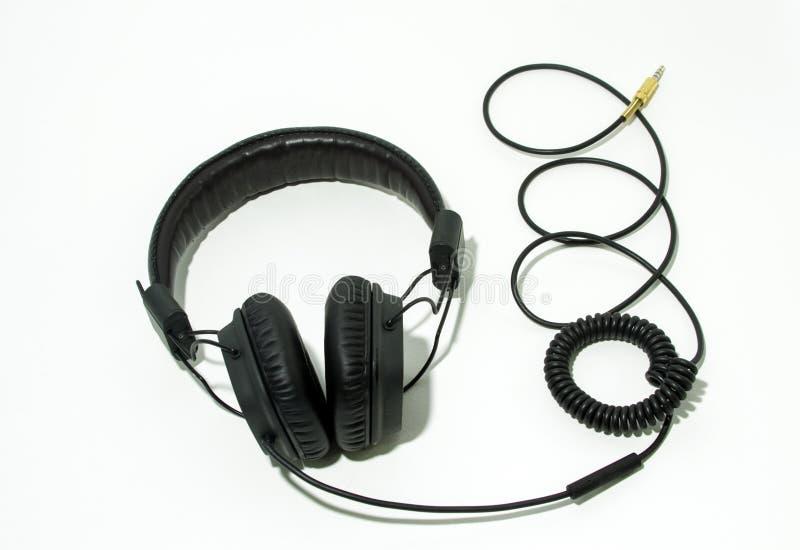 Schwarze Kopfhörer mit Kabel lokalisiertem Weiß lizenzfreie stockfotografie