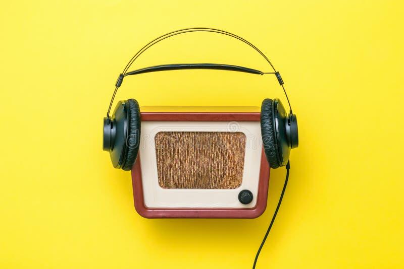 Schwarze Kopfhörer Mit Kabel Und Vintage-Radio Auf Gelbem Hintergrund Vintage-Technik Stockfoto - Bild von akustisch, musik: 165698550
