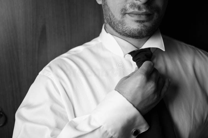 Schwarze Krawatte des Bräutigams stockfotos