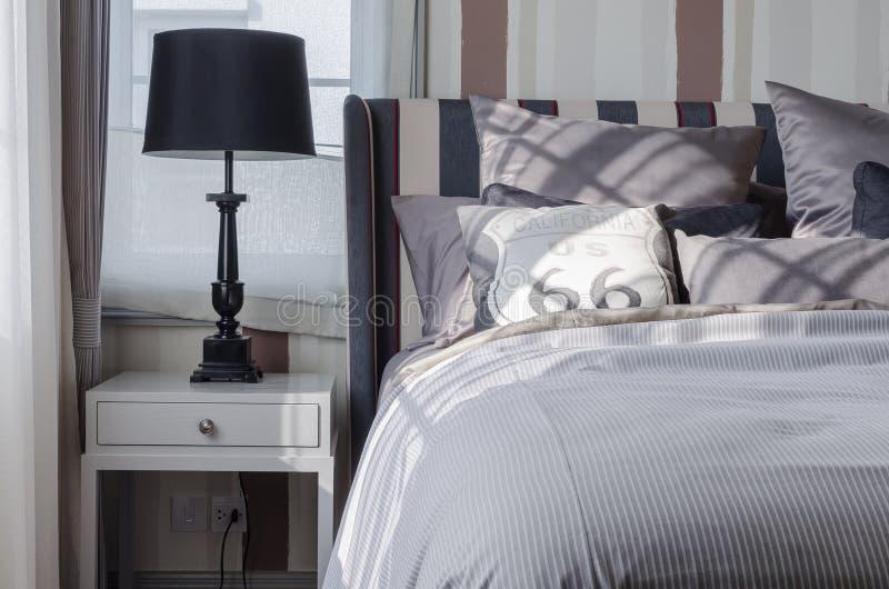 Schwarze Lampe auf grauer Tabelle im Schlafzimmer stockfoto