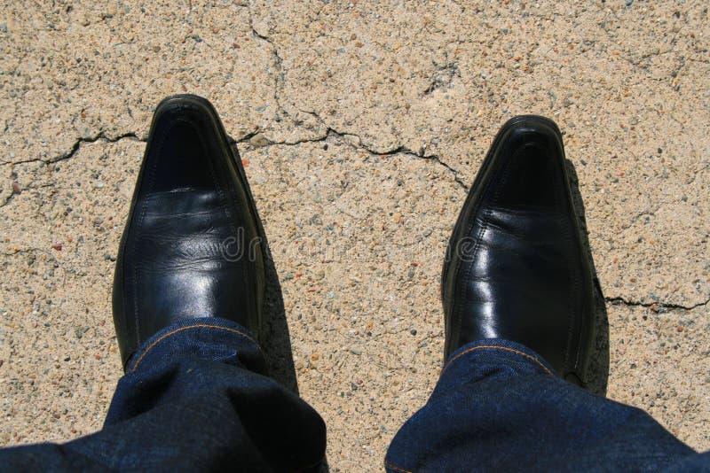 Schwarze lederne Schuhe lizenzfreie stockfotos