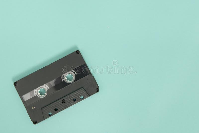 Schwarze leere Kassette auf einem blauen Hintergrund stockfotografie