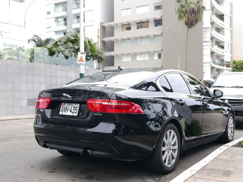 Schwarze Limousine Farbneuzustand Jaguars XE 25T parkten in Barranco-Bezirk von Lima stockbild