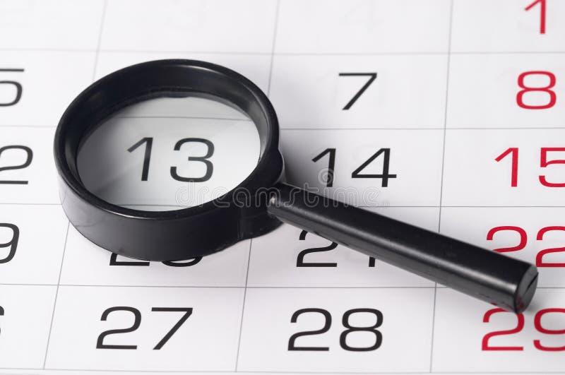 Schwarze Lupe über Kalender lizenzfreies stockfoto