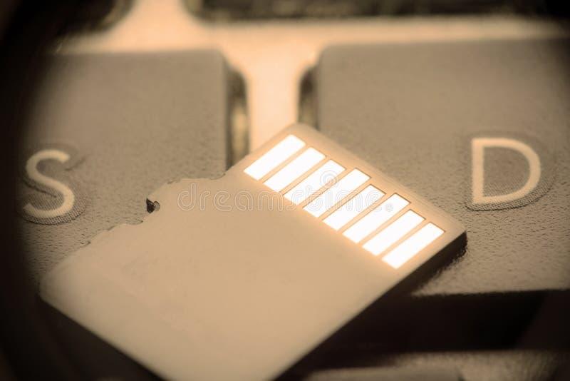 Schwarze Mikrosd-Karte mit Goldkontakten auf dem Schlüssel mit dem Buchstaben S und Buchstaben D lizenzfreies stockfoto