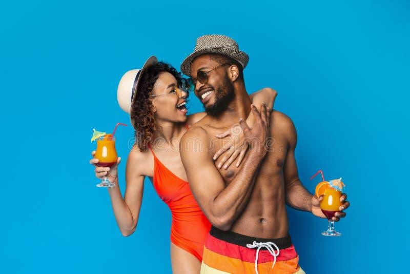 Schwarze millennials, die Sommercocktails und -genie?en stockfotos
