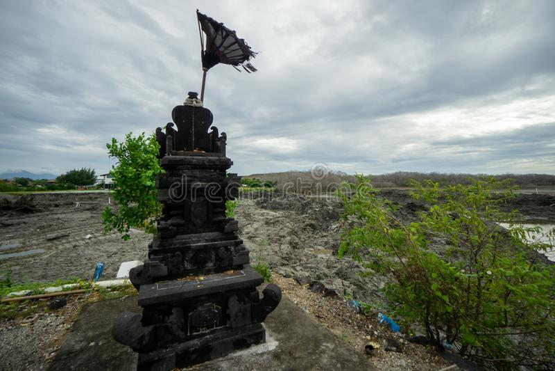 Schwarze Natursteinstatue für Angebotplatz lizenzfreie stockfotografie