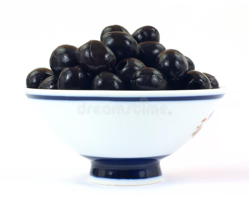 Schwarze Oliven in der Schüssel lizenzfreies stockbild