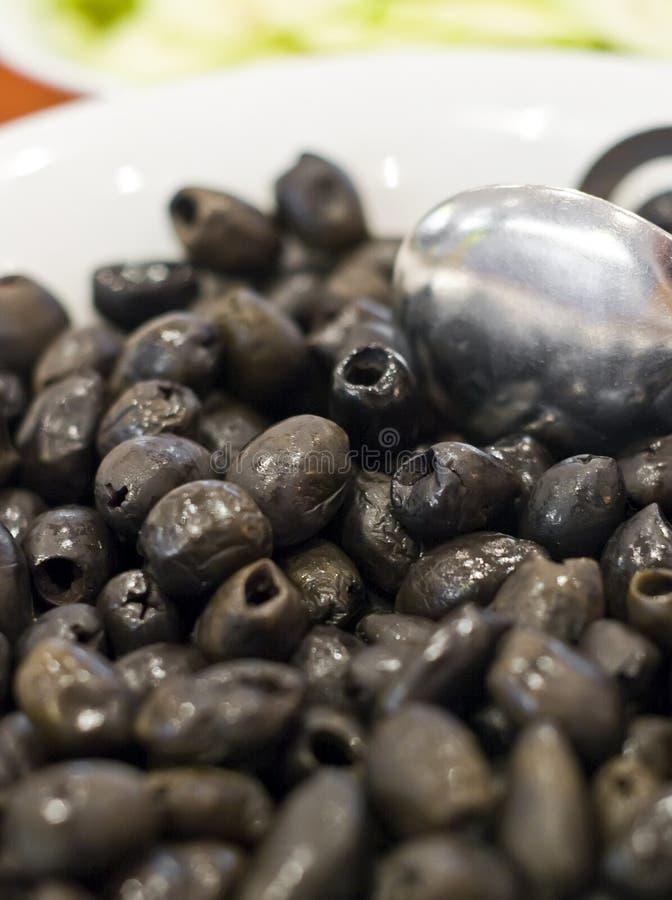 Schwarze Oliven in der Schüssel lizenzfreie stockfotografie