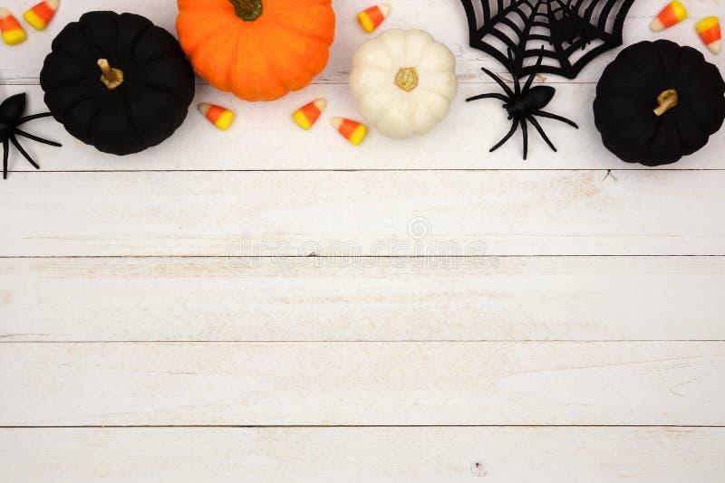 Schwarze, orange und weiße Halloween-Spitzengrenze über weißem Holz stockbilder