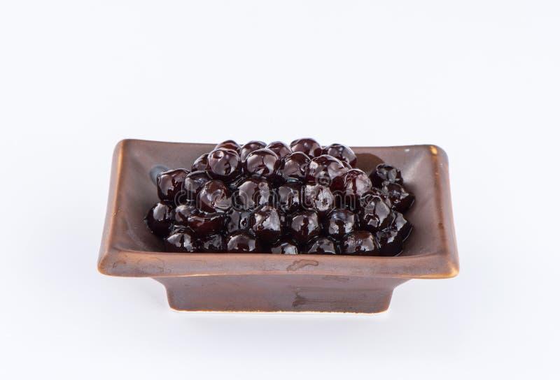 Schwarze Perlen Gekochte Tapioka perlt für Blasentee auf weißem Hintergrund stockbild