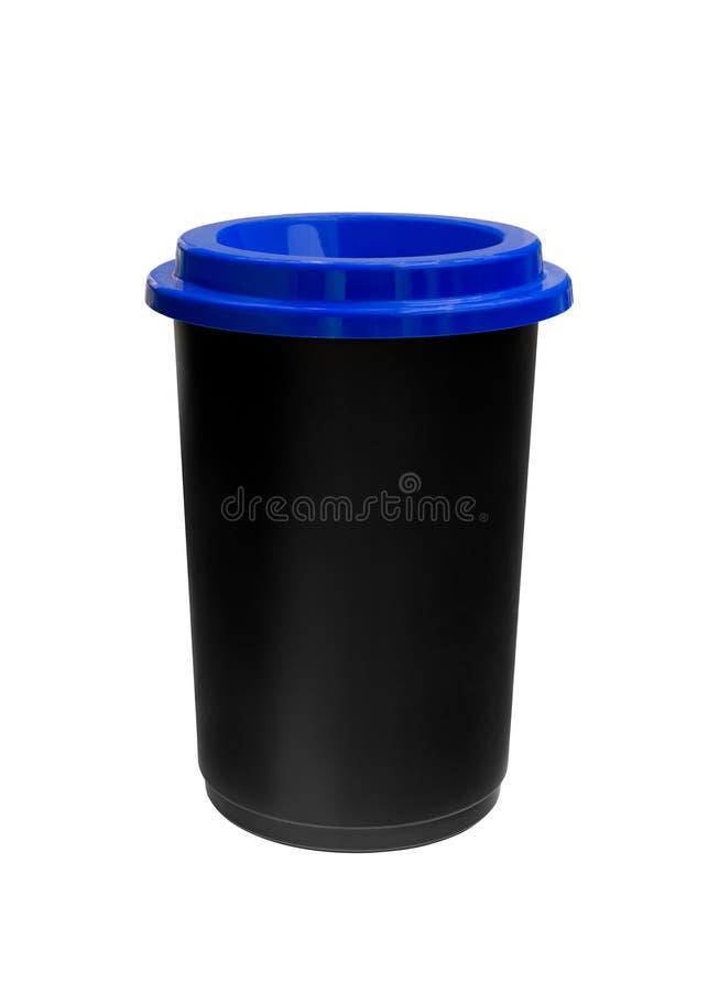 Schwarze Plastikabfallbehälter mit der blauen Kappe lokalisiert auf weißem Hintergrund, Ökologie stockfotografie