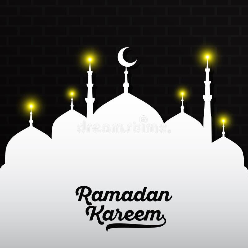 Schwarze Ramadan Kareem-Beschriftung auf weißer Moschee mit gelbem Licht und dunkler schwarzer Backsteinmauer Auch im corel abgeh stock abbildung