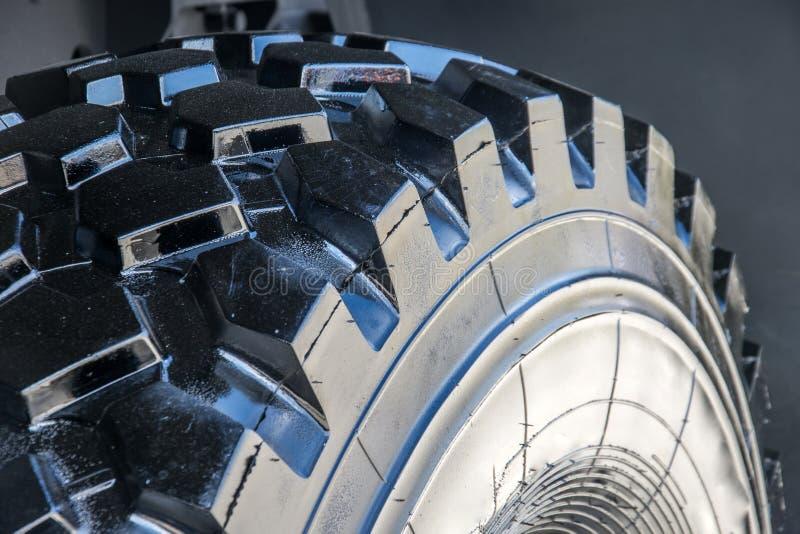 Schwarze Reifenreifengummiabdeckungsgelände-LKW-Geländefahrzeugabschluß oben stockbild