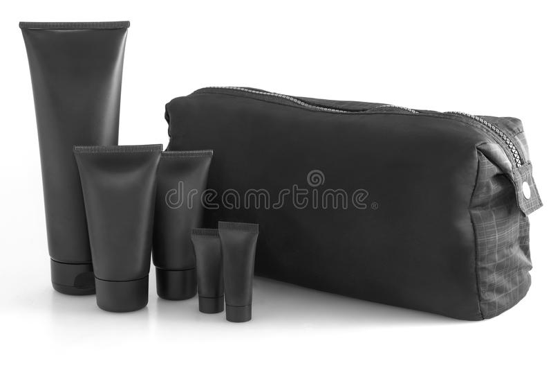 Schwarze reisende Kosmetiktasche mit Toilettenartikeln in der Front, lokalisiert auf Weiß stockfotos