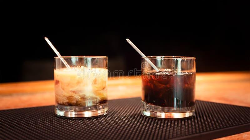 Schwarze Russische Und Weiße Russische Cocktails Stockfoto - Bild ...