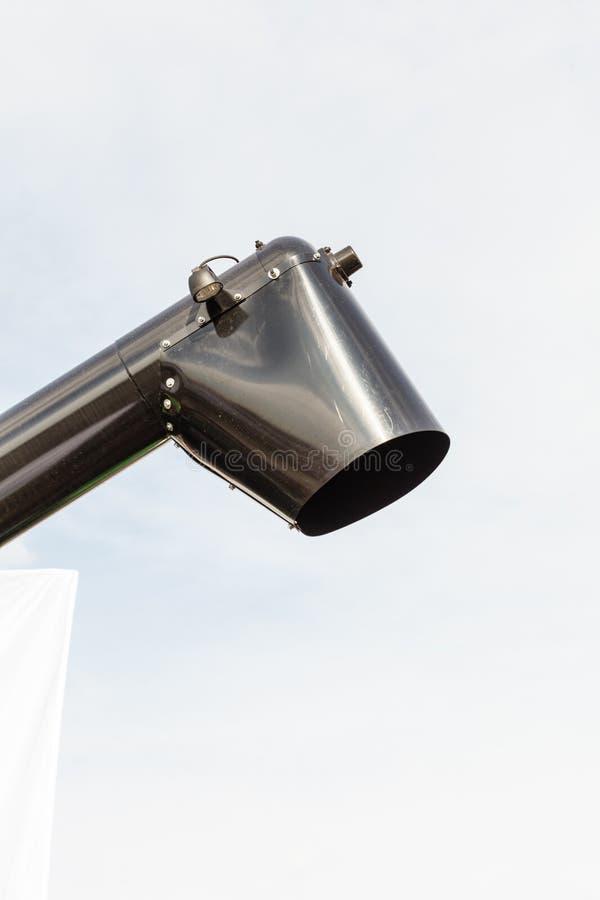 Schwarze Rutsche oder Abflussrohr mit Himmel im Hintergrund lizenzfreies stockbild