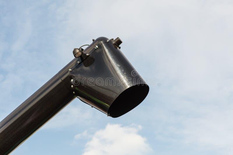 Schwarze Rutsche oder Abflussrohr mit Himmel im Hintergrund lizenzfreie stockfotografie