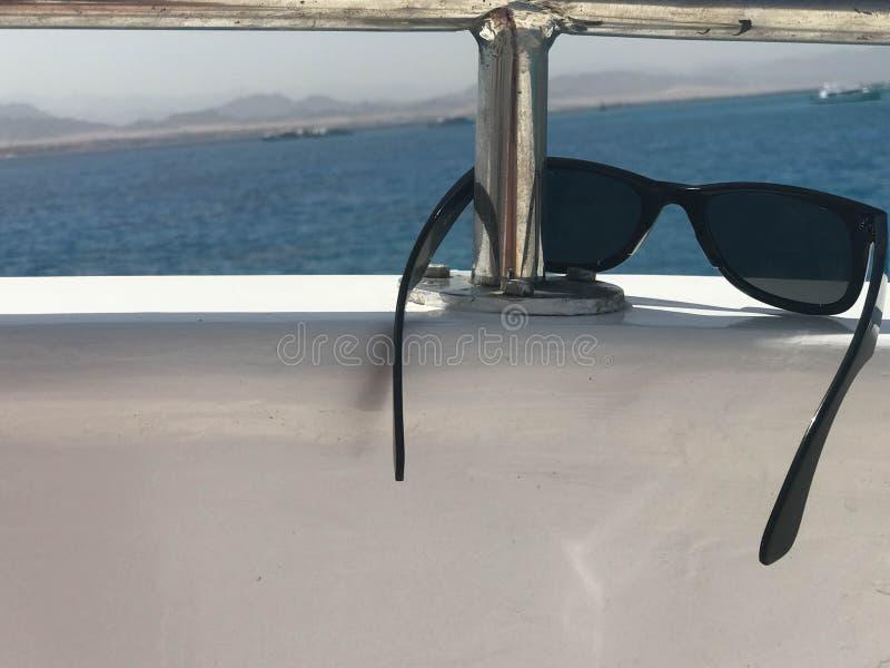Schwarze schützende sonnen-schützende Plastikgläser hängen am Beryl an Bord eines touristischen Schiffes, einer Yacht und eines S stockbilder
