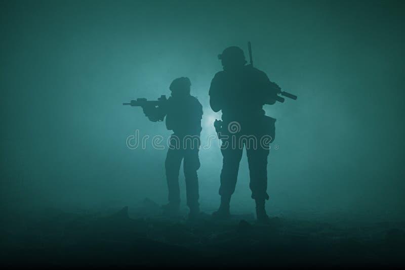 Schwarze Schattenbilder von Soldaten lizenzfreie stockbilder