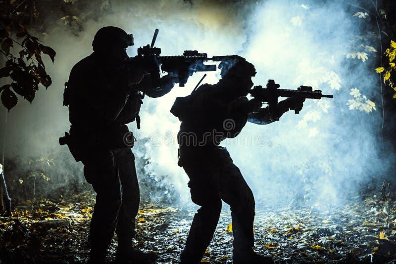 Schwarze Schattenbilder von Soldaten stockbilder
