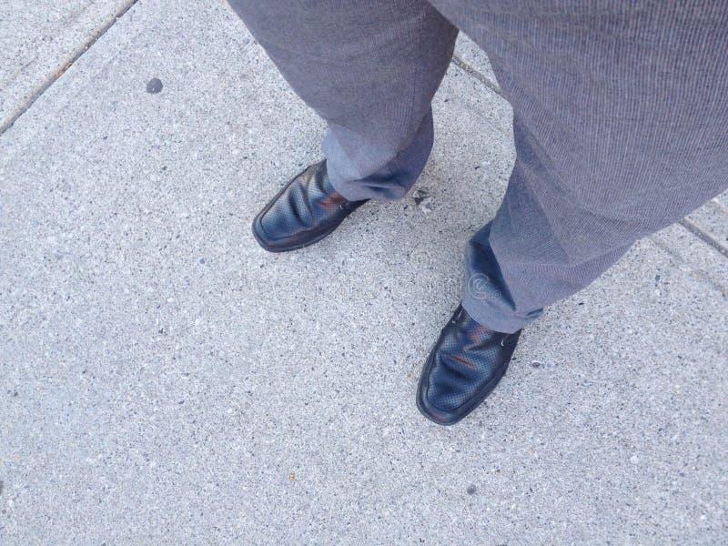 Schwarze Schuhe auf Straße stockbilder