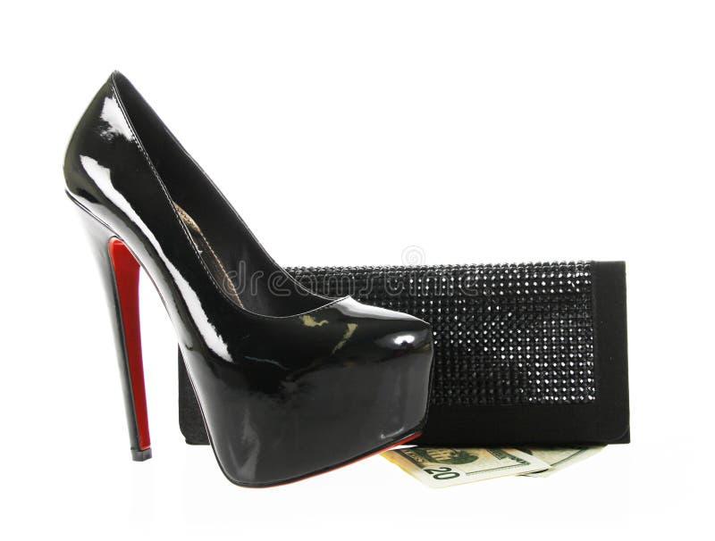 Schwarze Schuhe und Fonds mit Geld stockfotos
