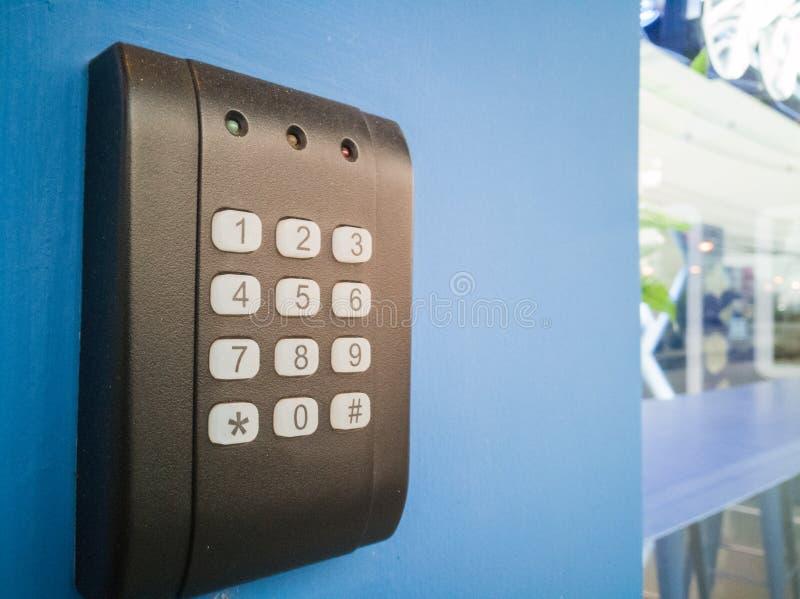 Schwarze Sicherheitstür haben eine Zahlunterseite und ein geführtes hellrotes Gelbgrün stockfotografie