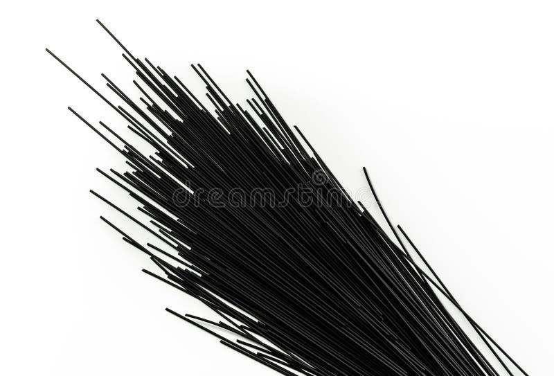 Schwarze Spaghettis mit der Kalmartinte lokalisiert auf weißem Hintergrund stockfotografie