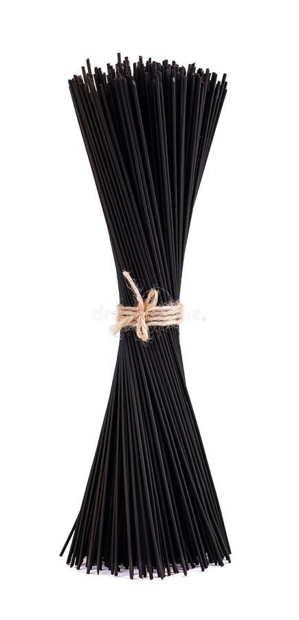 Schwarze Spaghettis mit der Kalmartinte, lokalisiert auf weißem Hintergrund Teigwaren mit schwarzer Kopffüßertinte stockbild