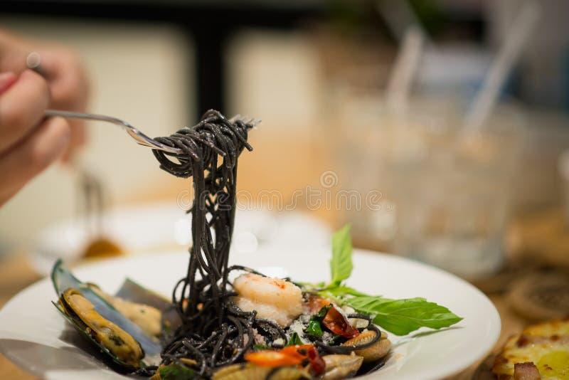 Schwarze Spaghettis mit würzigen Meeresfrüchten stockfotos