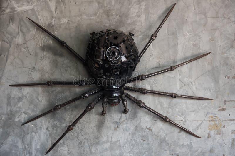Schwarze Spinne gemacht durch wiederverwendetes Metall lizenzfreies stockbild