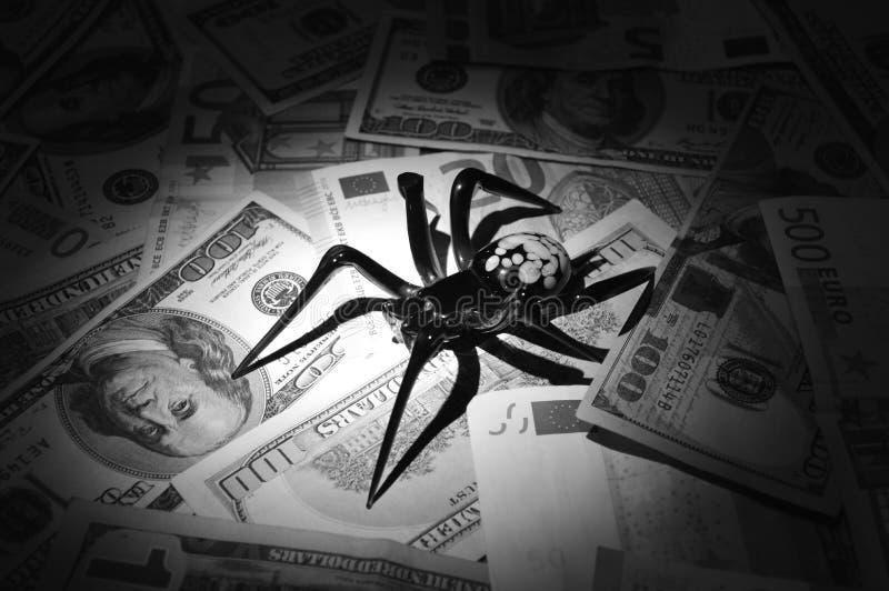 Schwarze Spinne sitzt auf hundert Dollarscheinen in den Schwarzweiss-Tönen lizenzfreie stockbilder