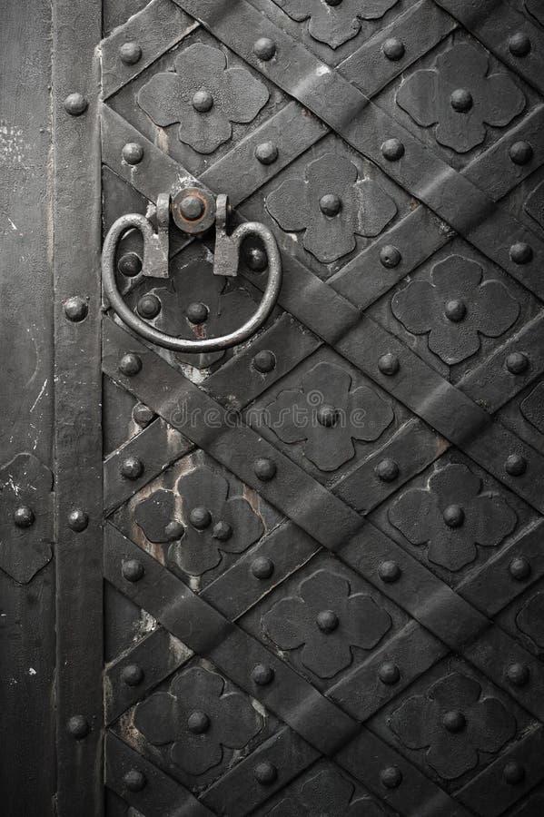 Schwarze Tür mit Nieten lizenzfreie stockfotografie