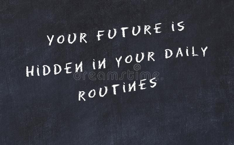 Schwarze Tafel mit handgeschriebenem klugem Motivzitat stock abbildung